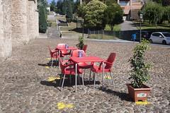 P1290099 (Jusotil_1943) Tags: empedrado mesdas sillas rojas escalera