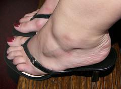 biba52 (J.Saenz) Tags: feet foot pies fetichismo podolatras pieds mujer woman dedo toe pedicure nail ua polish esmalte pintada toenail zapatos shoes tacones heels tacos tacchi schuh scarpe shoefetish shoeplay mules slides slippers thongs sandals sandalias