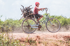 Everybody works hard here (_Guille_) Tags: azul tonle sap floating village kid boy bicicle bibycle bicileta niño chico trabajando camboya cambodia riding