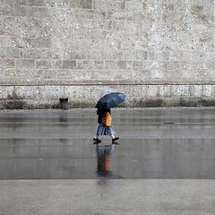 Walking under rain (Julio Lpez Saguar) Tags: street wet rain umbrella austria calle lluvia nun anonymous osterreich paraguas monja mojado salzburgo annimo juliolpezsaguar