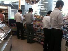Muy común ver en las tiendas gente leyendo los manga