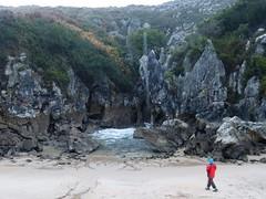 Playa de Gulpiyuri (9) (calafellvalo) Tags: cangasonsgulpiyuriasturiesasturiassidrasidreriacalafellvalo gulpiyuri cangasdeons asturias asturies sidra escanciar sidreria costa acantilados calafellvalo espaa cantbrico