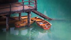 Bootssteg am Pragser Wildsee (memories-in-motion) Tags: morning italy alps boat timber 10 alpen spiegelung lagodibraies südtirol pragserwildsee dolomiten ruderbootewasserboatstegtelecanon5dmarkiii