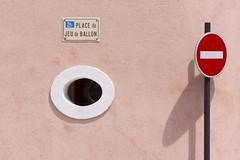 Place du Jeu de Ballon (Jan van der Wolf) Tags: map15876vv pink rose window raam wall muur streetname sign roadsign trafficsign verkeersbord shadow schaduw noentry noentrysign