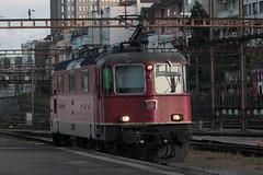 SBB Lokomotive Re 4/4 II 11245 ( Hersteller SLM Nr. 4842 - BBC MFO SAAS - Baujahr 1972 ) am Bahnhof Basel SBB im Kanton   Basel Stadt der Schweiz (chrchr_75) Tags: albumzzz201610oktober christoph hurni chriguhurni chrchr75 chriguhurnibluemailch oktober 2016 hurni161018 bahn eisenbahn schweizer bahnen zug train treno albumbahnenderschweiz2016712 albumbahnenderschweiz schweiz suisse switzerland svizzera suissa swiss albumsbbre44iiiii lok lokomotive sbb cff ffs schweizerische bundesbahn bundesbahnen re44 re 44