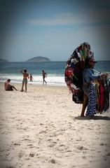moda praia (luyunes) Tags: leme praia mar ambulante camelôs vendedoresderua vendedorambulante riodejaneiro motomaxx luciayunes