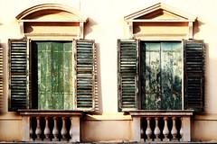 """Regresar es morir un poco"" C. Peri Rossi (Herminio.) Tags: vicenza architecture window balcony shutter sunset green arquitectura finestra balc porticons capvespre verd ventana balcn contraventana atardecer verde"