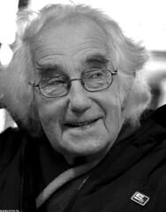 Helder portret (Emil de Jong - Kijklens) Tags: nieuwediep nieuwedieper blackandwhite zwartwit portret portrait streetportrait straatportret bril elderly people