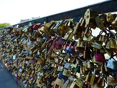 La mode envahissante des cadenas d'amour (Iris.photo@) Tags: paris france cadenas pont