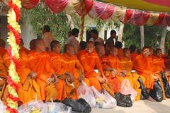 ceremonie pleine lune (ichauvel) Tags: travel orange men cambodge cambodia religion buddhism fullmoon monks asie hommes moines pleinelune offrandes crmonie boudhisme kompongchnang asiavoyage