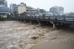 三条大橋 (GenJapan1986) Tags: 2013 京都市 京都府 鴨川 日本 台風18号 japan nikond600 river typhoon bridge kyoto kamoriver