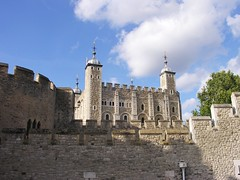 White Tower behind Walls (jere7my) Tags: greatbritain vacation england london castle history unitedkingdom treasury historic prison walls fortress englishhistory toweroflondon whitetower 1066 2014 royalmint thetoweroflondon crenelations wakefieldtower hermajestysroyalpalaceandfortress