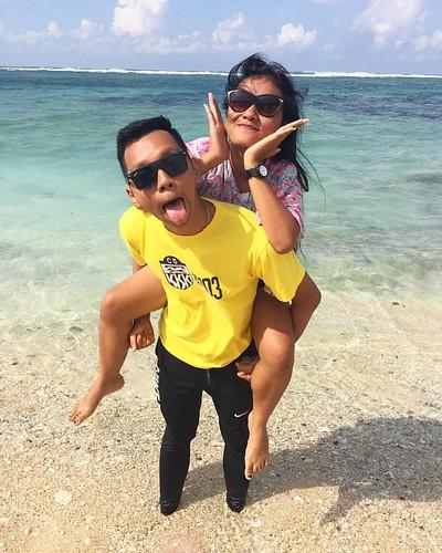 Kapan liburan lagi? Aku sudah lelah dengan semua caption ini..  hingga kulitku menggosong terbakar. lidah tidak bertulang terjulur bagaikan guguk yg terpapar sinar yuvi di terik siang. . . . . . #beach #beaches #bitches #bitch #yellow #holiday #escape #5t