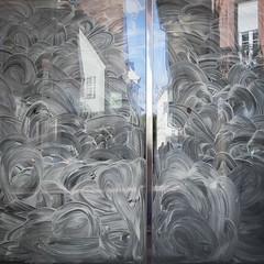 Un coin de ciel (Clydomatic) Tags: vitrine barbouillage blanc blancdespagne peinture pinceau reflet réflexion maison personnages rue
