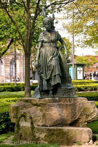 Escultura no Jardim da Cordoaria.