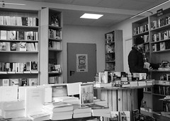 La grande librairie (no sabemos cmo llamarnos) Tags: streetphotography street stranger france francia hendaye hendaia libreria librairie libros livre library book blancoynegro blackandwhite noiretblanc lalib
