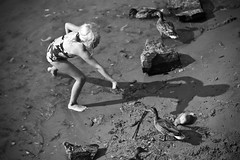 Nia y Patos (Kryziz Bonny) Tags: summer bw byn beach girl finland ducks nia verano isla patos finlandia suomelinna