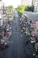 Yellow Brick Road - Bangkok (jcbkk1956) Tags: road street food thailand traffic bangkok thai walkers stalls vendors thonglo sukhumvitroad worldtrekker fujix100