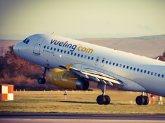 EC-LUN, Vueling Airbus A.320, Manchester, 25Nov16 (marbowd37) Tags: manchester a320 vueling eclun