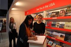 Sandra Cisneros firmando el libro de visitas d...