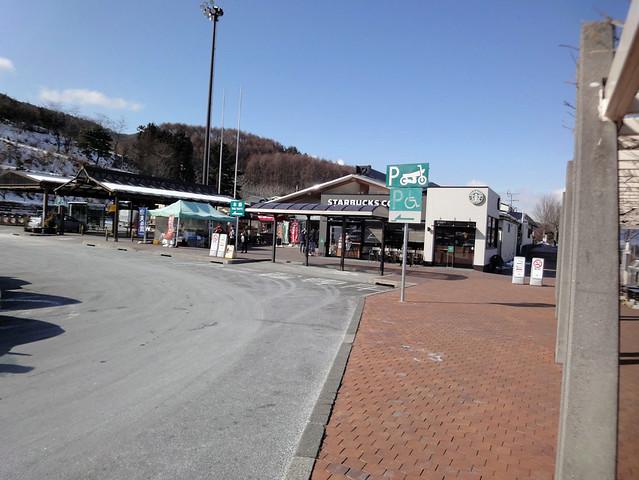 諏訪湖サービスエリア(下り)のお土産やグルメを楽しみ、凍結した諏訪湖を望むの写真