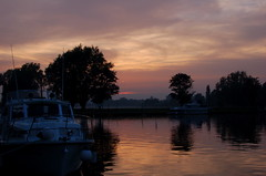 Evening light on the River Waveney at Beccles (Kirkleyjohn) Tags: sunset reflection water reflections river atardecer evening boat suffolk sonnenuntergang prdosol eastanglia beccles eveninglight waveney coucherdusoleil norfolkbroads waveneyvalley riverwaveney thebroads
