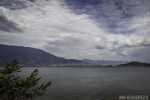 Deszczowe chmury nad jeziorem Er Hai