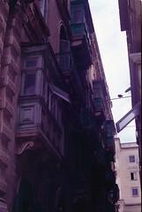 Valletta, august 2014 (Tefilo de Sales) Tags: malta island analog analogic film fuji fujifilm fujixtra400 50mm 35mm nikkormatel nikkormat nikon nikkor expired trip erasmus city balcony valletta capital clouds streets