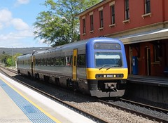NSW TrainLink - Endeavour Set 2864/2814 arrives at Mittagong (john cowper) Tags: endeavour mittagong dmu southernhighlands comeng mainsouth nswtrainlink nswrailways newsouthwales