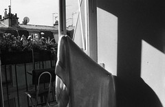(Putain, quel bordel! [aka Virx]) Tags: sun paris film sol window analog 35mm soleil nikon balcony dry towel bn patio f80 3200 hang balcón argentique cour ilford3200 colgada toalla voisins sécher