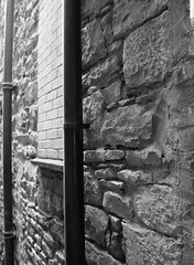 ALLEYWAY6 (Davesuvz) Tags: old england bw black english stone blackwhite alley cottage backstreet cobble alleyway cobbles