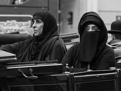 A9010306.jpg (Andreas Kollmorgen) Tags: wien blackandwhite streetphotography olympus frau städte kopftuch omd moslem querformat