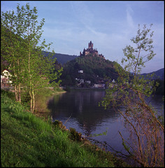 Rollies Moselle Trip (04) (Hans Kerensky) Tags: trip castle 120 tlr rolleiflex river fuji bank april 100 cochem reala automat mosel 35a 2015 tessar plustek k4a opticfilm anywhitefieldtagbyflickrsspamtagbot