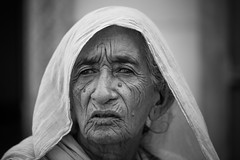 Inde: vieille dame  Jaisalmer (Rajasthan). (claude gourlay) Tags: inde india indedunord northindia claudegourlay portrait retrato ritratti face people rajasthan jaisalmer noiretblanc blackandwhite nb bw