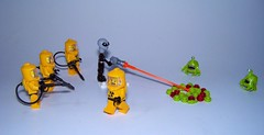 LEGO - Alien vs Aliens (Slayerdread) Tags: friends fight mod slim alien suit invasion phaser contamination moc brainsucker series4 series6 alienconquest