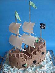 Piratenschiff (zucker.rose) Tags: wasser schiff segel pirateship geburtstagstorte piratenschiff motivtorte totenkopffahne piratenschifftorte jungstorte zumgoldememgeburtstag