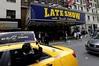 Una mujer toma una fotografía del teatro Ed Sullivan antes del episodio final del Late Show with DAVID LETTERMAN. (EFE)
