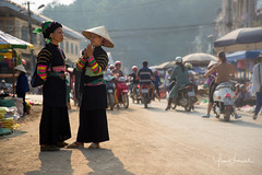 Morning talk (Yan Lerval) Tags: baolac caobang vietnam colorful colors costume hilltribe market motorbike north street sunrise traditions women