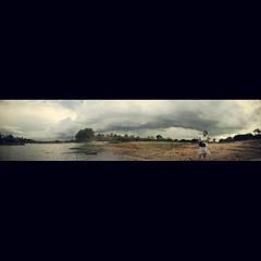 รูปเมื่อวาน ฝนกำลังจะตก ที่ ริมมูล อ.ชุมพลบุรี ปล. นางแบบสวยยยยย กิกิ ^^ #panorama #s3 #samsung