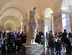 The Louvre - admirers of the Venus de Milo (bronxbob) Tags: paris france museums artmuseums thelouvre