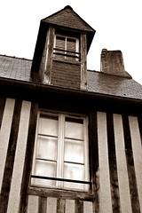 13 - Bayeux, Rue de la Cave, Faade  colombages (melina1965) Tags: normandie calvados bayeux octobre october 2016 nikon d80 ciel sky nuage nuages cloud clouds faade faades fentre fentres window windows colombage colombages halftimbering halftimberings