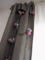 cortina y liana con flores (ESTHER NAVARRO) Tags: flores sam flor silla cortinas interiores diseño lino corazon tarragona reus liana dormitorio lámpara atelier eventos zapatillas tela mobiliario cuna comedor textil macetero distribuidor funda complementos decoración maletin guirnalda bolon cojines algodón veneciana tapizado personalización esthernavarro cortinatecnica