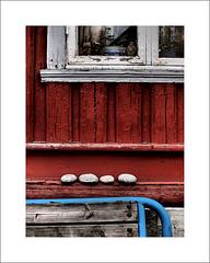 Four stones (Christa (ch-cnb)) Tags: red art window norway bench norge stones buddha streetphotography olympus photowalk siding trondheim sørtrøndelag zuiko japanphoto omd trøndelag dronningensgate 2013 em5 nasjonal artfilter microfourthirds dramatictone fotovandring mzd1250mm