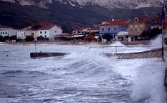 Baska en hoge golven, Krk Kroati 2004 (wally nelemans) Tags: storm 2004 rain croatia regen bigwaves hrvatska baska krk kroati hogegolven