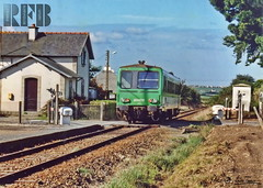 -7- Henvic, TER  destination de Roscoff devant l'ancienne halte de HENVIC-CARANTEC, octobre 1991 (km 14) (LOUIS TOSSER) Tags: france st train de gare roscoff bretagne chemin fer morlaix sncf pol lon finistre carantec autorail penz plounan henvic taul