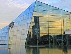 2016-09-19 18.39.15-01 (Vivian Chong FY) Tags: reflection sunset building city architecture water artistic sky sunshine light singapore