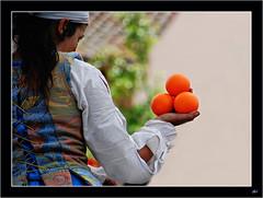 Juegos malabares (MSonsoles) Tags: mujer medieval naranja malabarista
