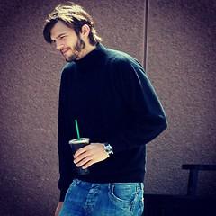 """เผยแล้ว! ภาพแรก""""แอชตัน คุชเชอร์"""" ในชุดเสื้อคอเต่า-กางเกงยีนส์ รับบท Steve Jobs via @matichon"""