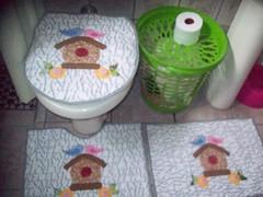 no devido lugar! (Ateli da Laine) Tags: flores passarinho jogo banheiro casinha