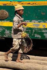 enfant malgache aux fruits (pat lechner) Tags: madagascar enfant fruits train